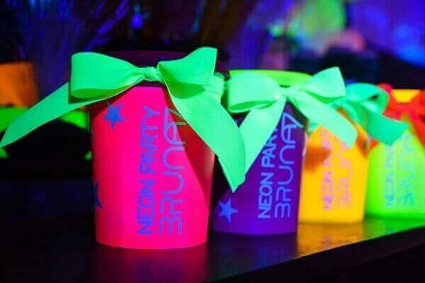 Festa neon lembrancinhas e aniversário