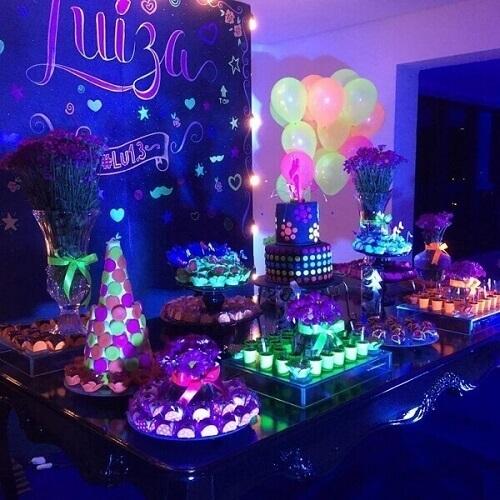 Festa neon mesa com doces