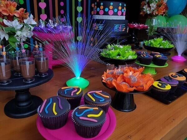 Festa neon mesa com docinhos e enfeite