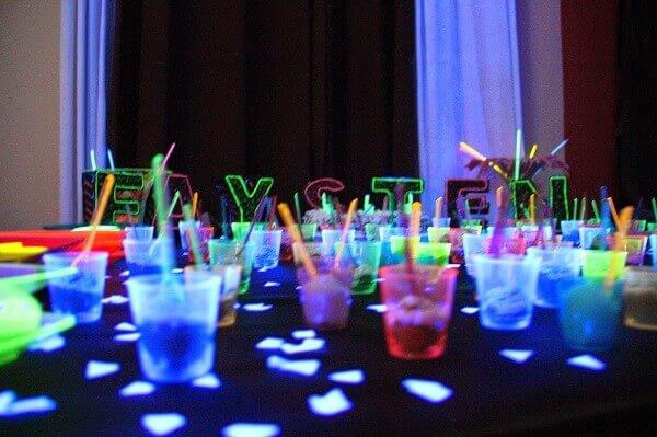 Festa neon potinhos coloridos para docinhos