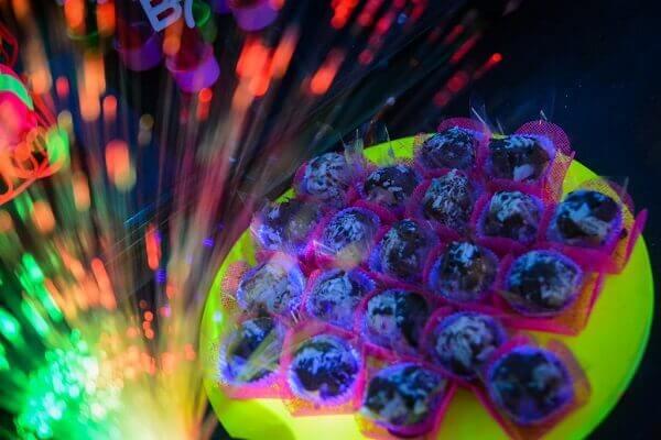 Festa neon roteiro mesa com brigadeiros