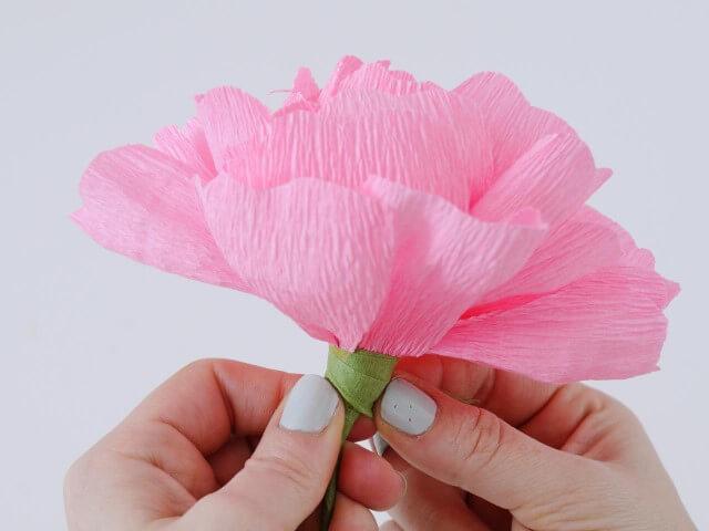 Flor cor de rosa em decoração com papel crepom Foto de Artemisia Coop