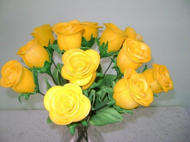 Rosas de EVA amarelas em vaso