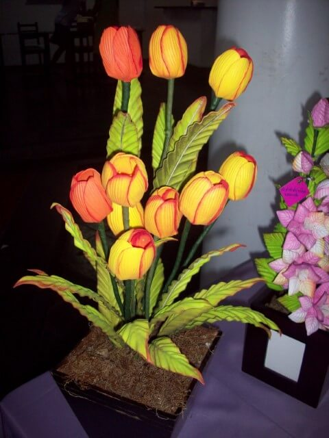 Flores de EVA amarelas e laranjas em arranjo