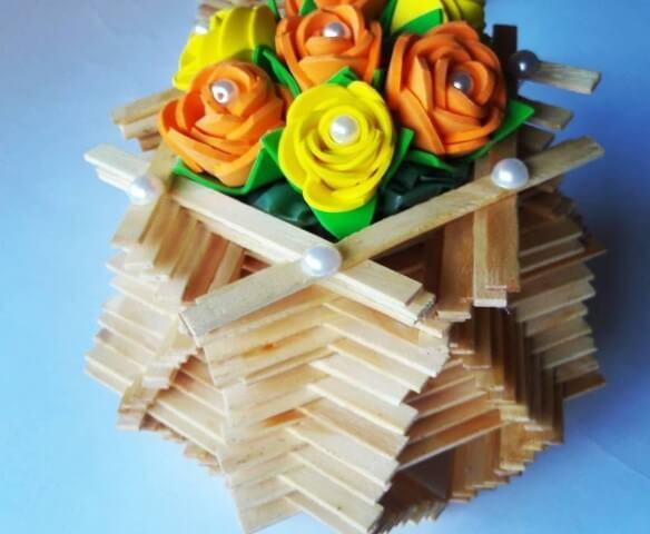 Flores de EVA amarelas em arranjo de palitos de picolé