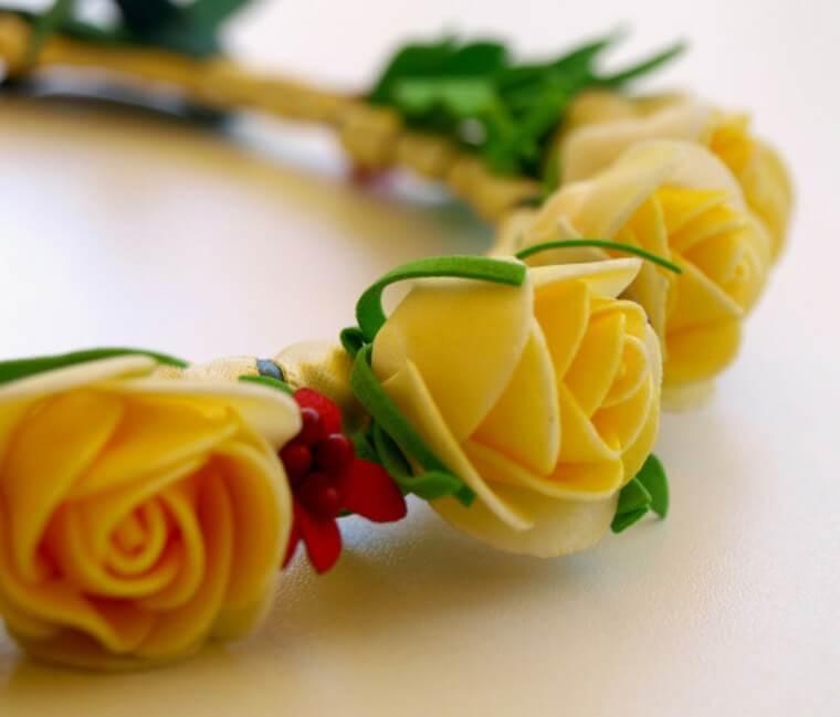 Coroa de flores de EVA amarelas