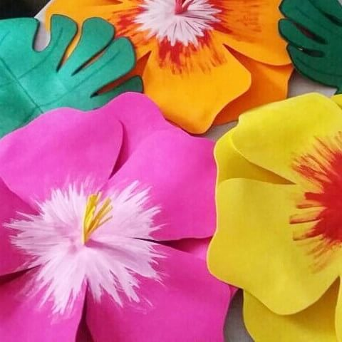 Invista em flores de EVA que simulam hibiscos