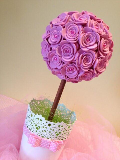 Esse arranjo de flores de EVA pode facilmente ser usado em uma festa ou em casa