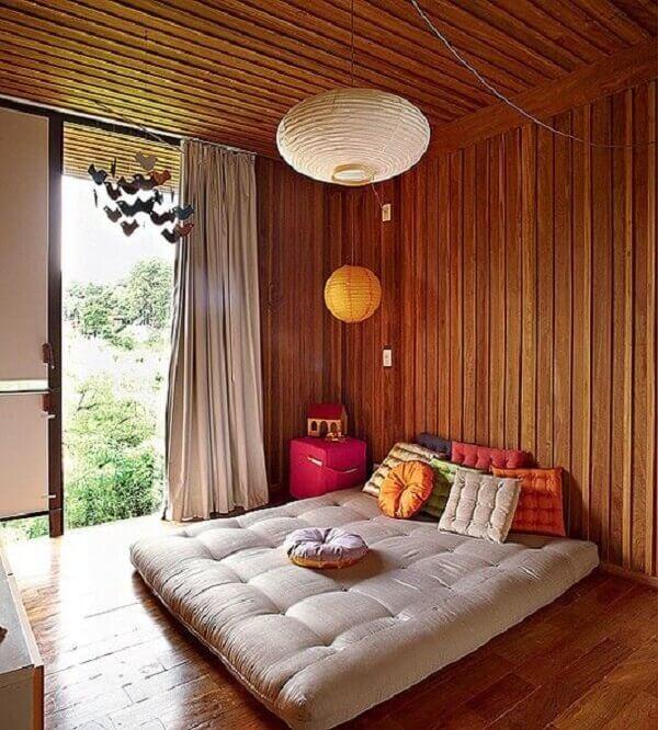 Forro de madeira e cama estilo oriental