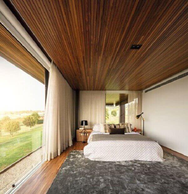 Forro de madeira em quarto de casal em casa de interior