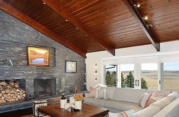 Forro de madeira em sala grande