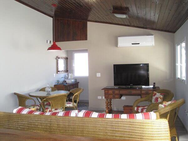 Forro de madeira em sala pequena