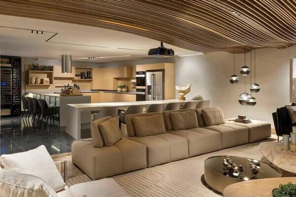 Forro de madeira ondulada em sala de estar