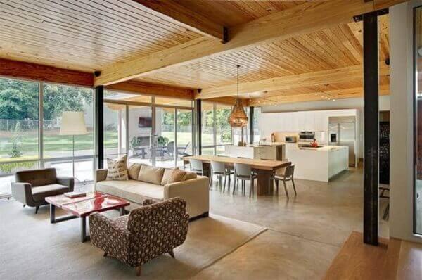 Forro de madeira pinus em cozinha integrada