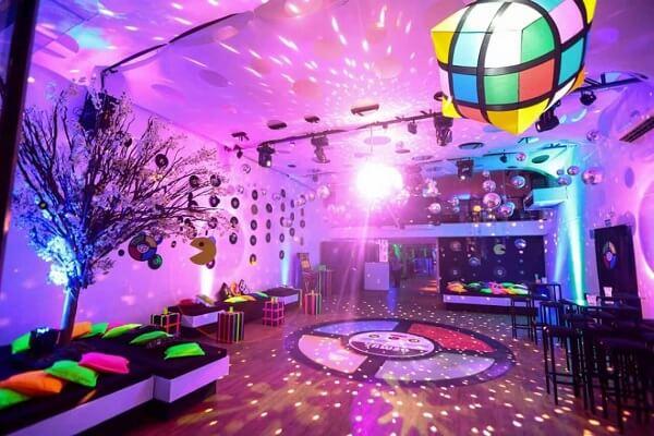 Almofadas coloridas para a festa neon