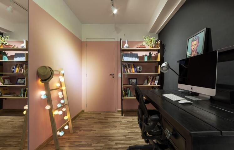 Hall de entrada com parede em tons de rosa, branco e preto Projeto de Decoradoria Decoração Online