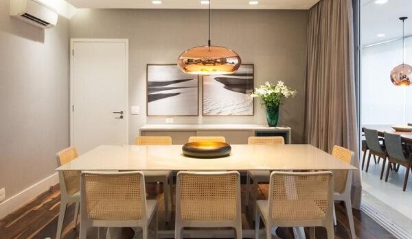 Invista em uma iluminação e special acima da mesa para sala de jantar