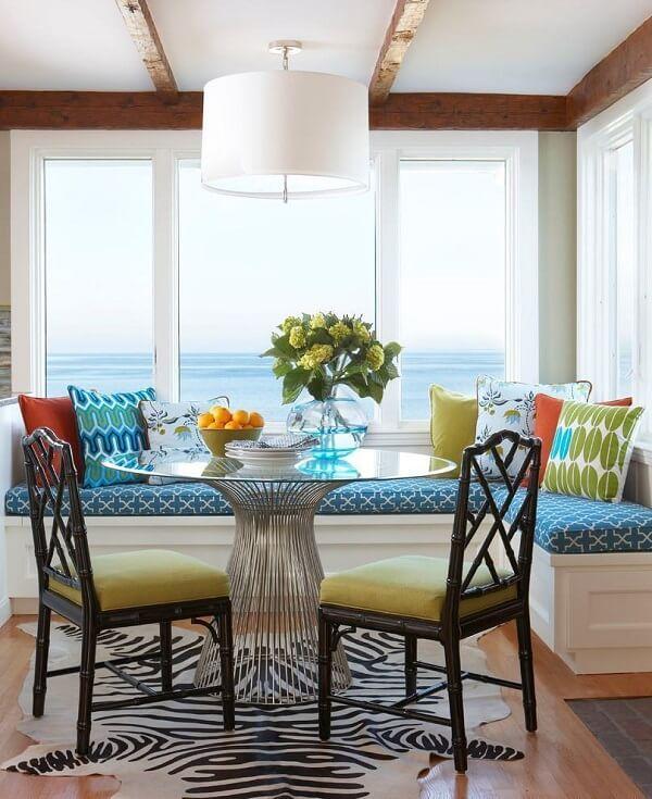 Invista em uma mesa para sala de jantar com tampo de vidor e base de inox