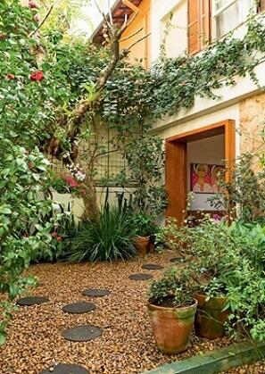 Jardim de entrada com várias plantas e flores Foto de Revista Casa e Jardim