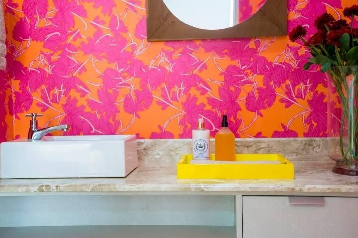 Lavabo com papel de parede em tons de rosa e laranja Projeto de Joel Caetano Paes