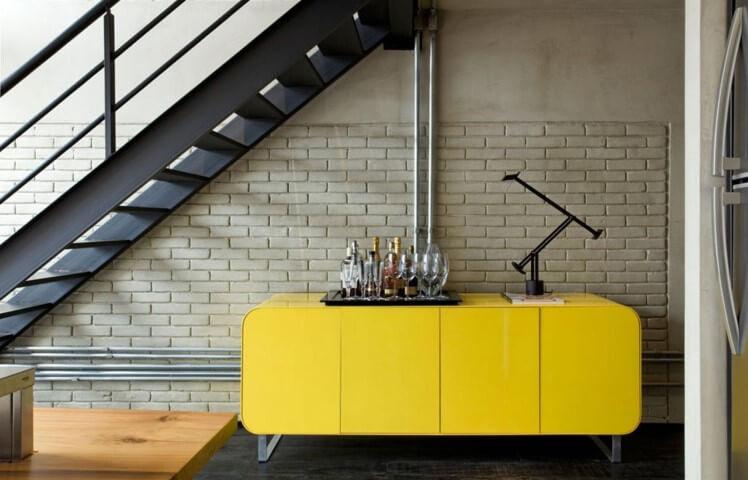 Loft com buffet abaixo da escada Projeto de Diego Revollo