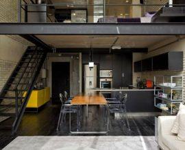 Loft com escada reta de metal e mezanino como quarto Projeto de Diego Revollo