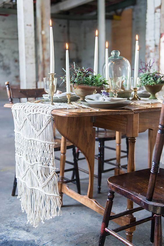 Macrame com mesa de jantar de madeira