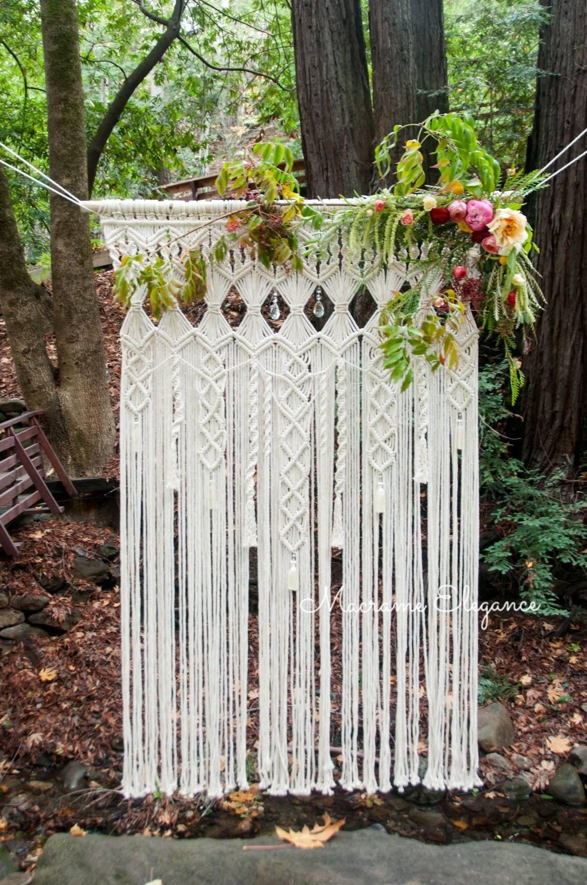 Macrame decorado com flores no canto no jardim