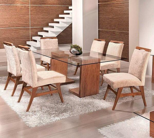 Mesa para sala de jantar com tampo em vidro e base de madeira acomoda 6 pessoas