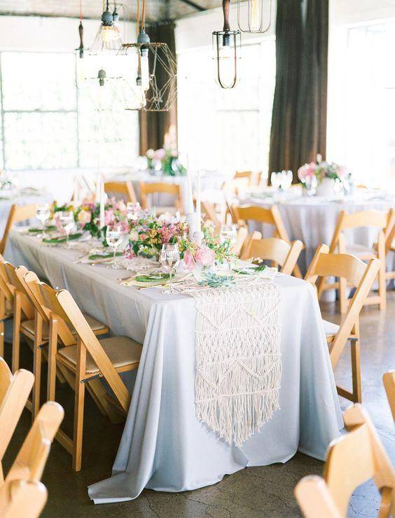Mesa azul com caminho de macrame e vasos de flores