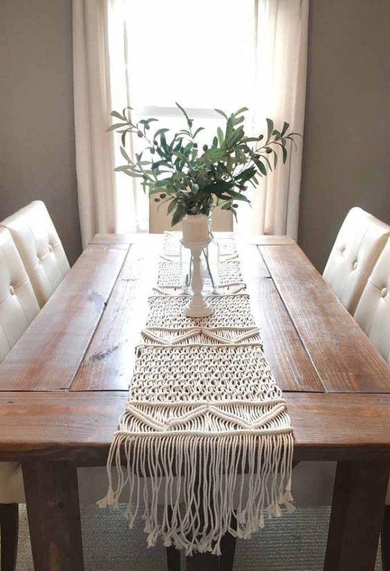 Mesa de jantar com caminho de macrame
