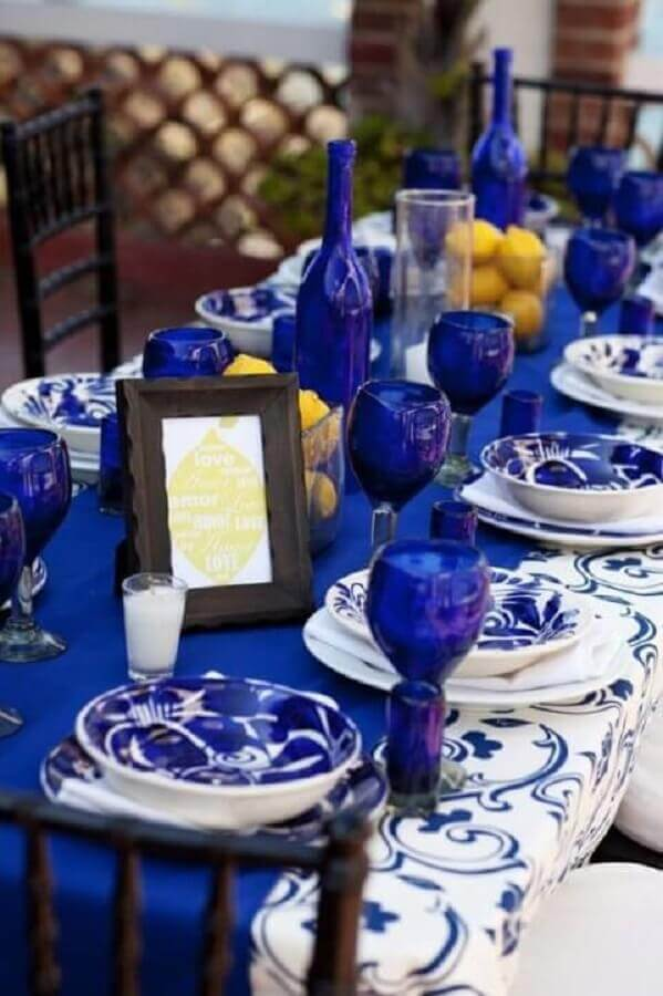 Mesa de sala de jantar com jogo de jantar azul royal Foto Salvia Center