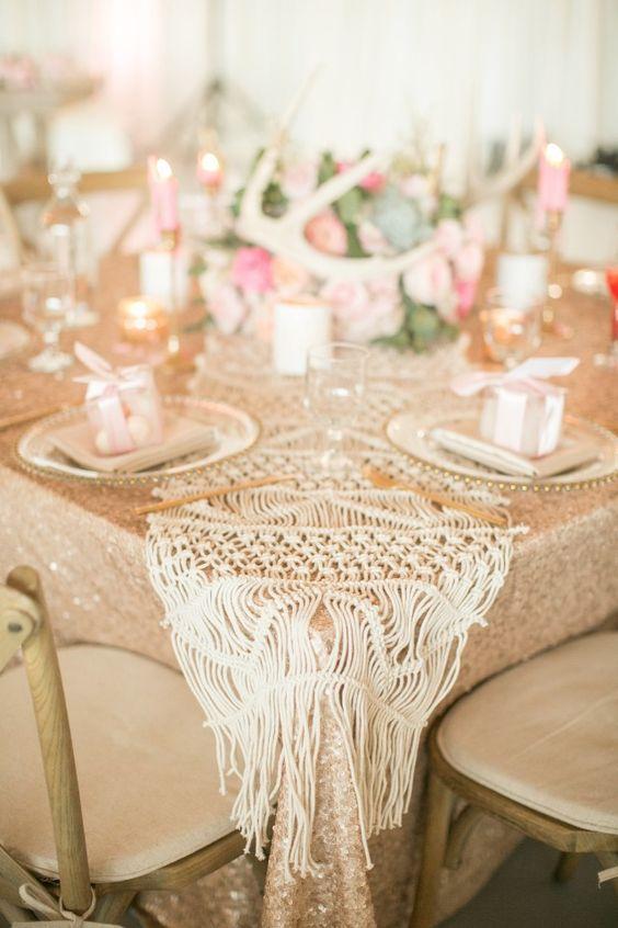 Mesa decorada com macrame