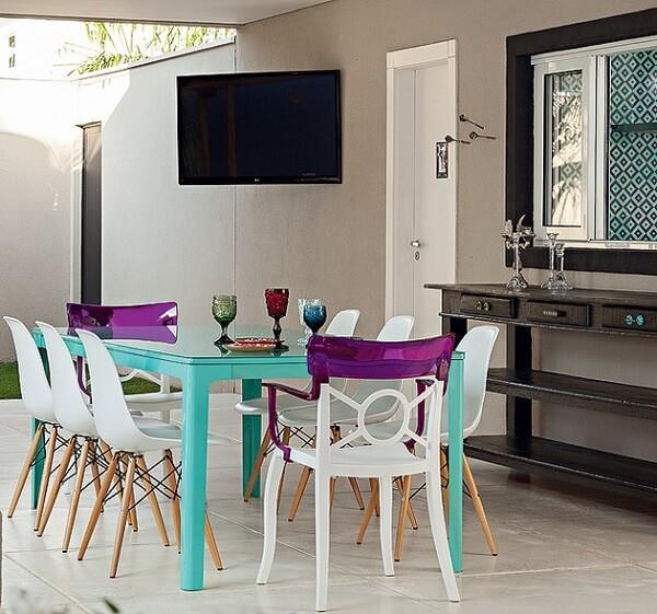 Mesa para sala de jantar com estrutura em azul turquesa traz alegria ao ambiente