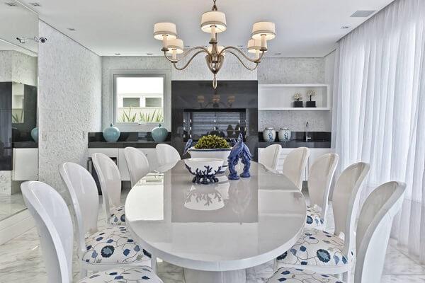 Mesa para sala de jantar em formato arredondado branco
