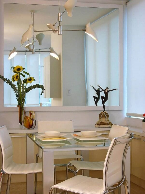 Mesa para sala de jantar feita com tampo de vidro com 4 lugares