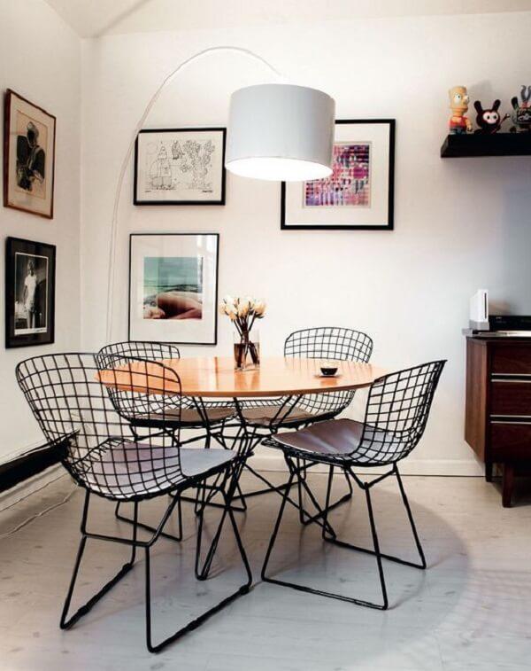 Mesa para sala de jantar redonda com cadeiras de metal