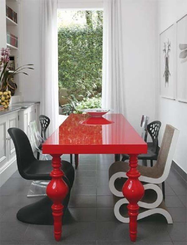 Mesa para sala de jantar vermelha em formato retangular
