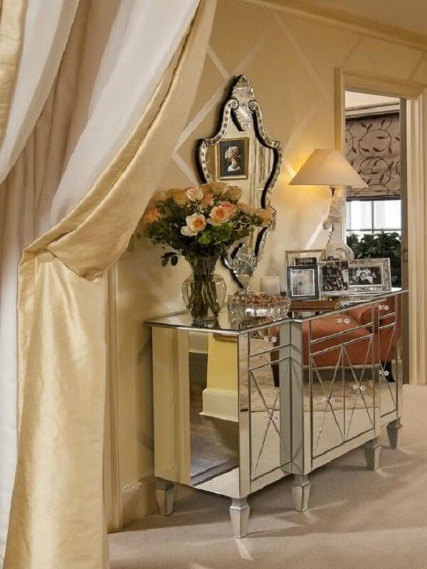 Modelo de aparador espelhado com acabamentos sofisticados se destaca na decoração