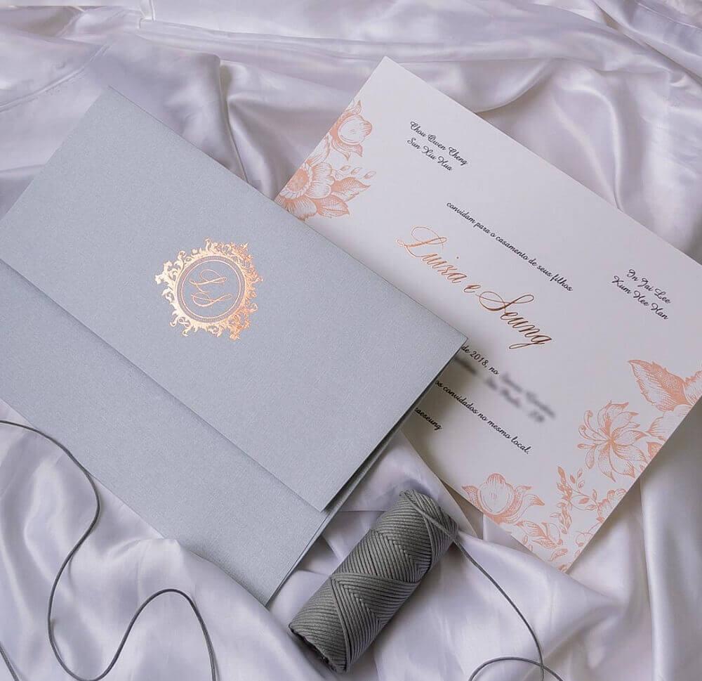 Modelo de convite de casamento simples com detalhes florais