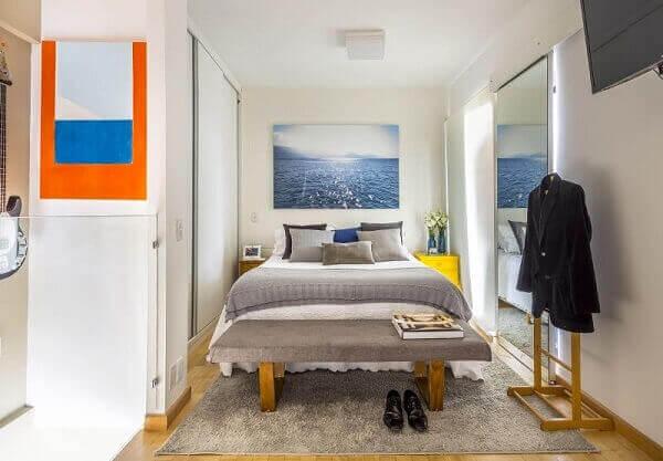Modelos de quarto branco pequeno com banco estofado cinza