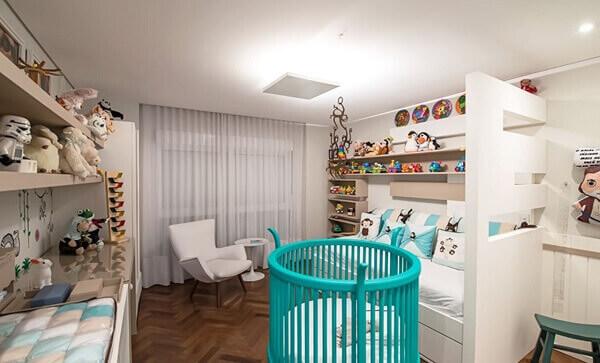 Modelos de quartos de bebê branco e azul turquesa com sofá cama