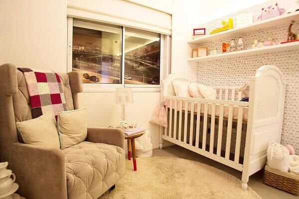 Modelos de quartos de bebê com poltrona e tapete creme