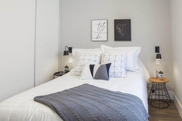 Modelos de quartos de casal com luminária de mesa e quadros na cabeceira