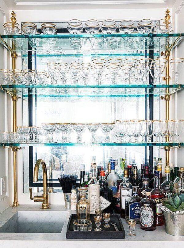 Monte um minibar com prateleiras de vidro