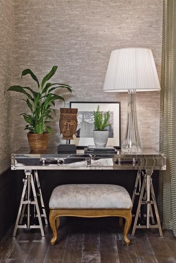 O aparador espelhado serve de apoio para diversos objetos de decoração