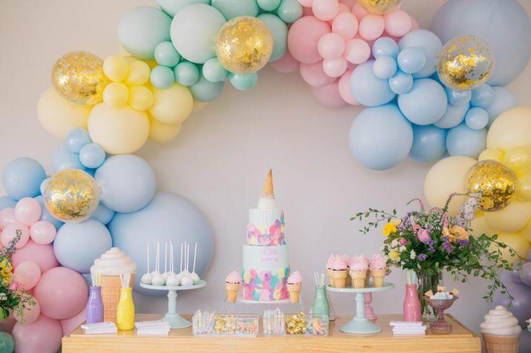 O arco de bexiga faz toda a diferença na decoração da festa