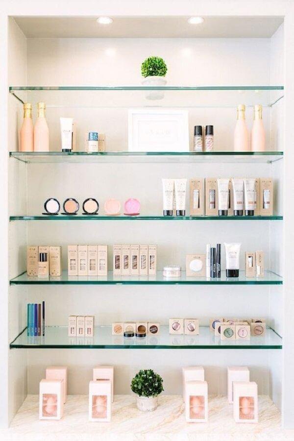 O nicho embutido com prateleira de vidro auxilia na organização de maquiagens