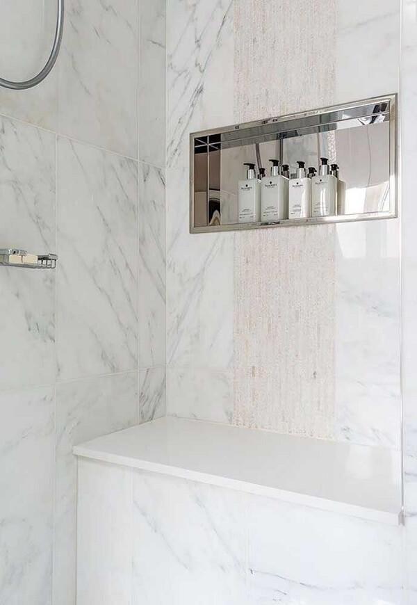 O nicho para banheiro com estrutura espelhado traz ainda mais sofisticação ao cômodo