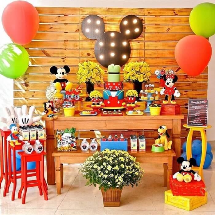 O painel de pallet traz um toque rústico para a festa do Mickey